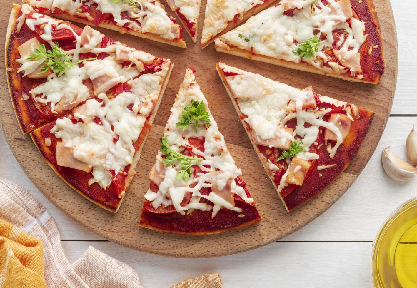 geschnittene Pizza hausgemacht foto