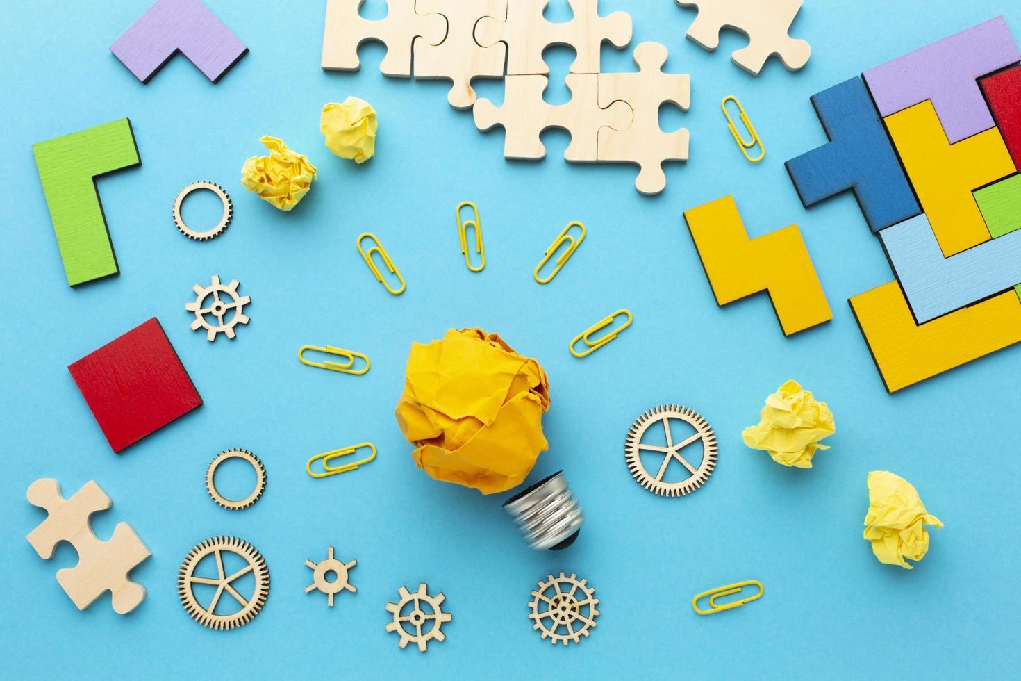 Ideenkonzept mit Rätseln und Werkzeugen foto
