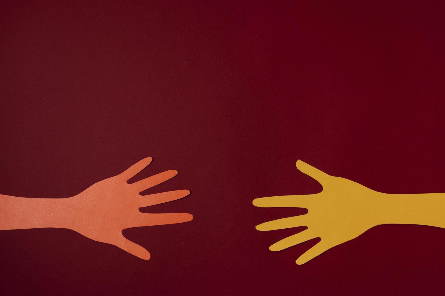 Covid-Konzept mit Händen und rotem Hintergrund foto