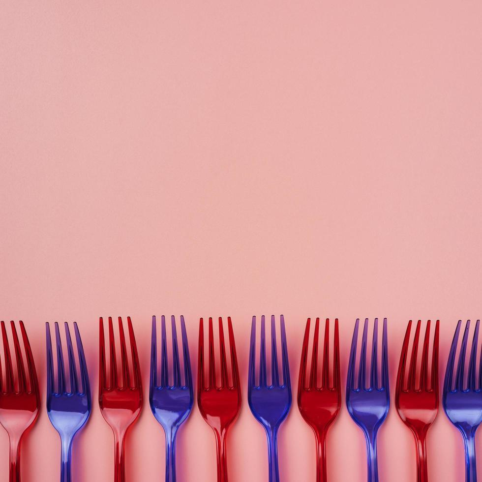 rote und blaue Plastikgabeln foto
