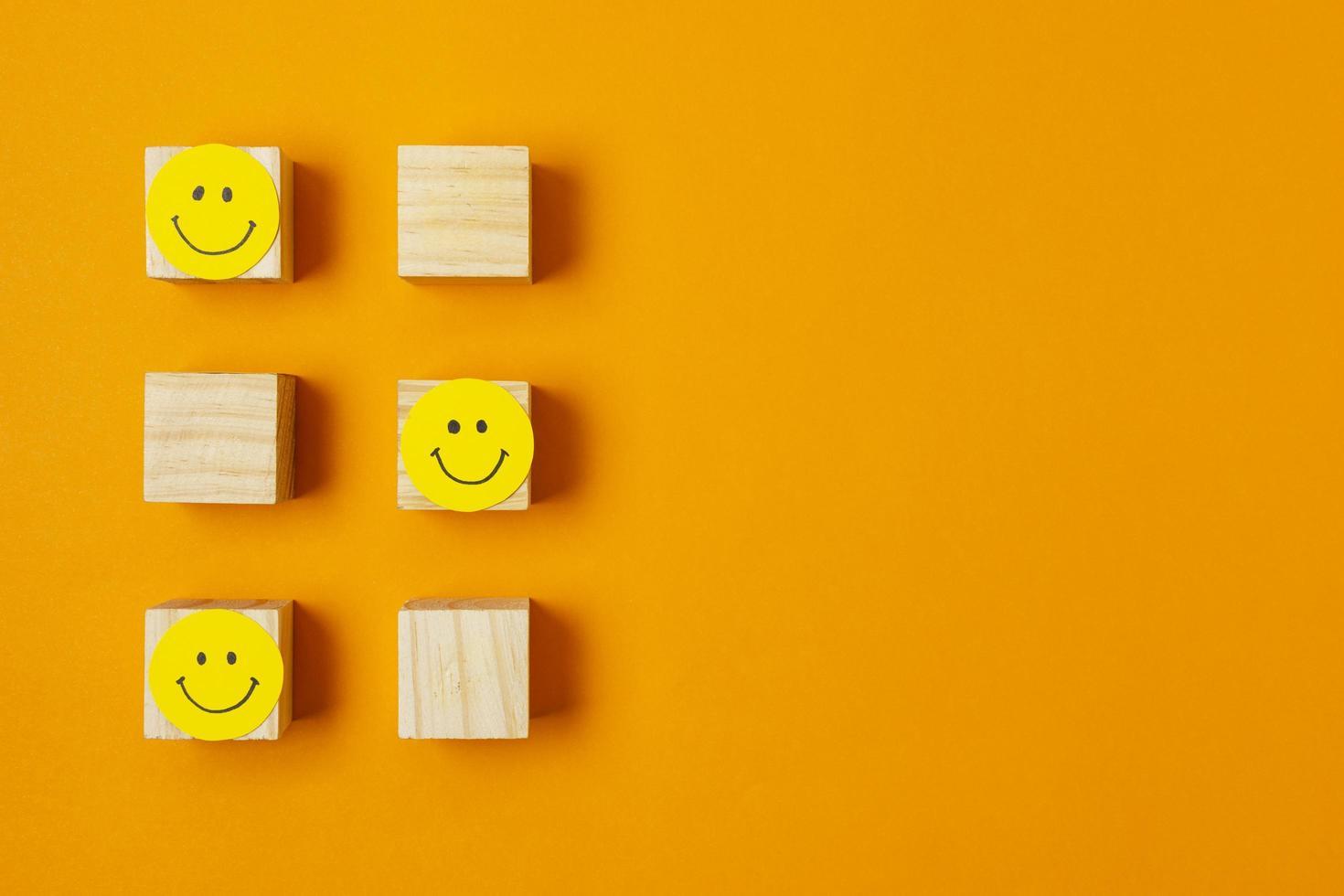 lächelnde Gesichter auf Holzklötzen foto
