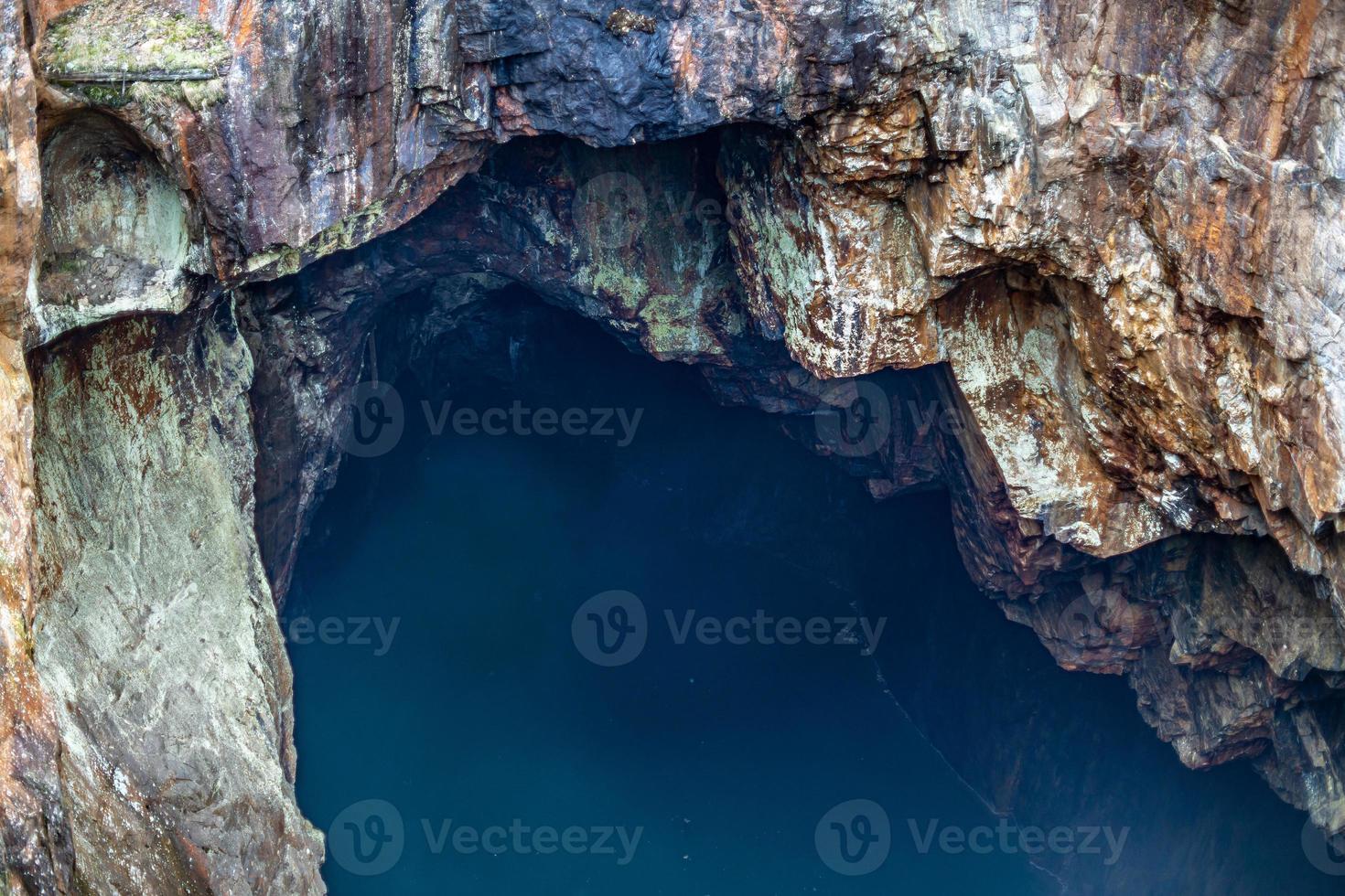 wassergefüllter Schacht in einem alten Tagebau in Schweden foto