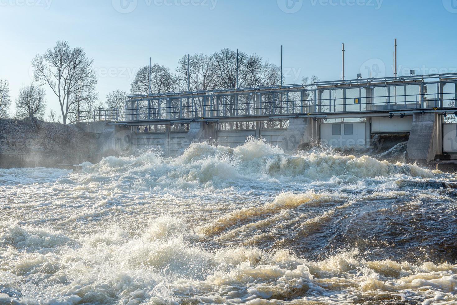 offenes Tor eines Wasserkraftwerks foto