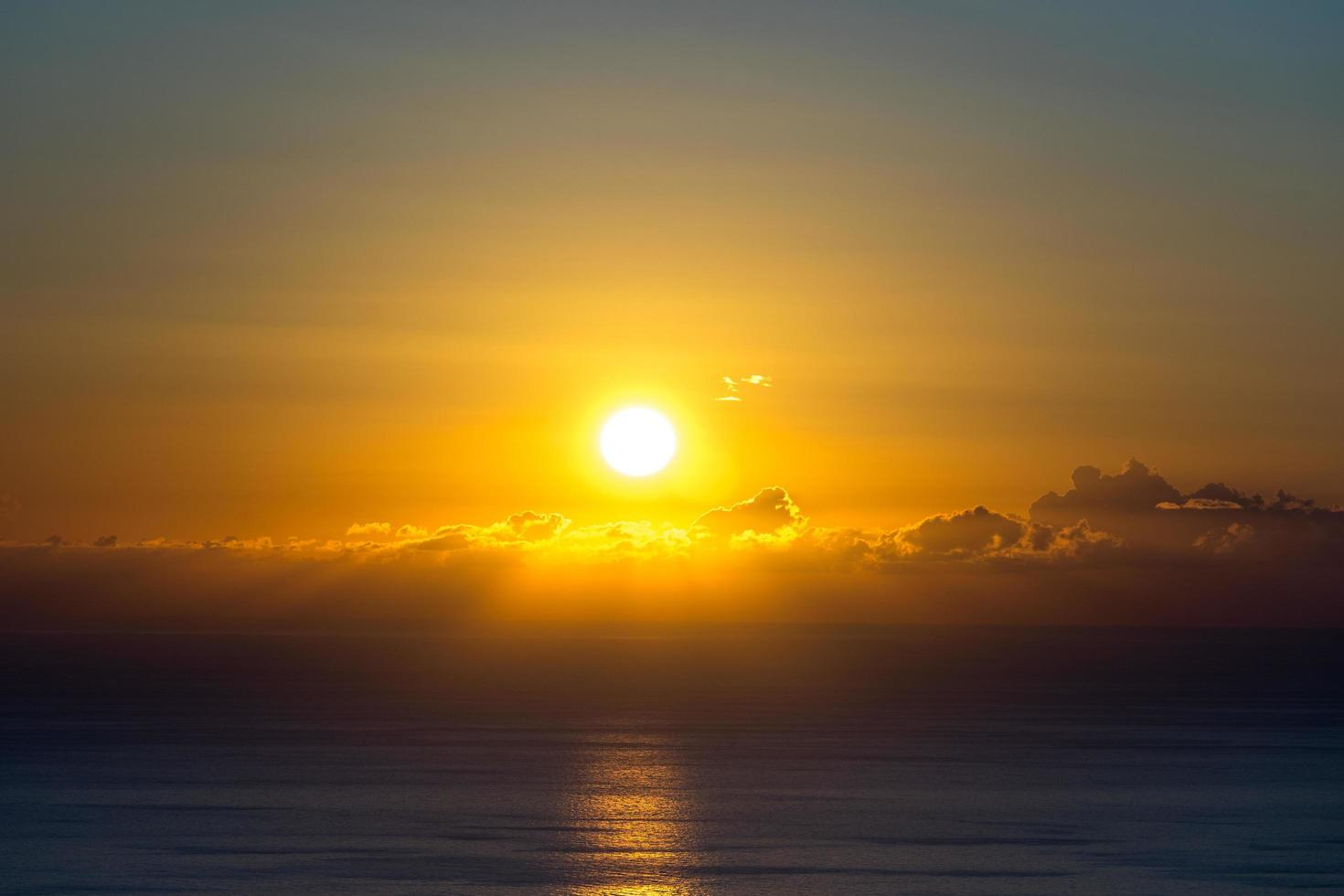 strahlender Sonnenuntergang über dem Meer von foto