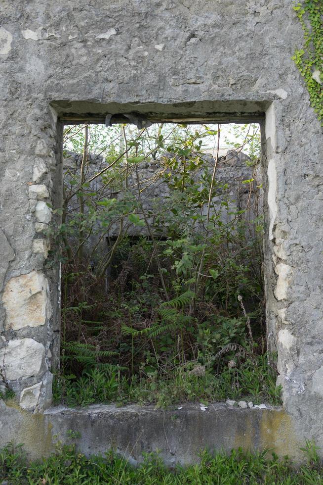 Hintergrund mit einer Fensteröffnung in der grauen Wand foto