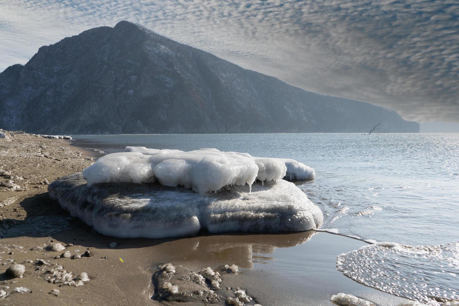 Seelandschaft mit Blick auf den Schwesterhügel. Nachodka, Russland foto