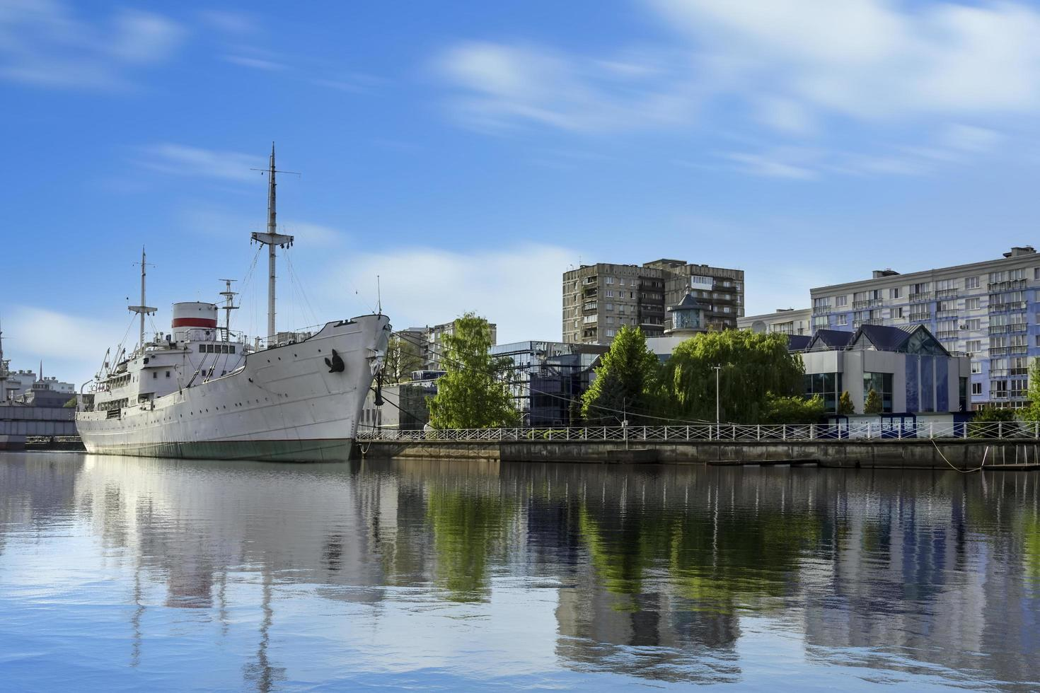 Kaliningrader Stadtlandschaft mit Blick auf den Pregolya-Fluss foto