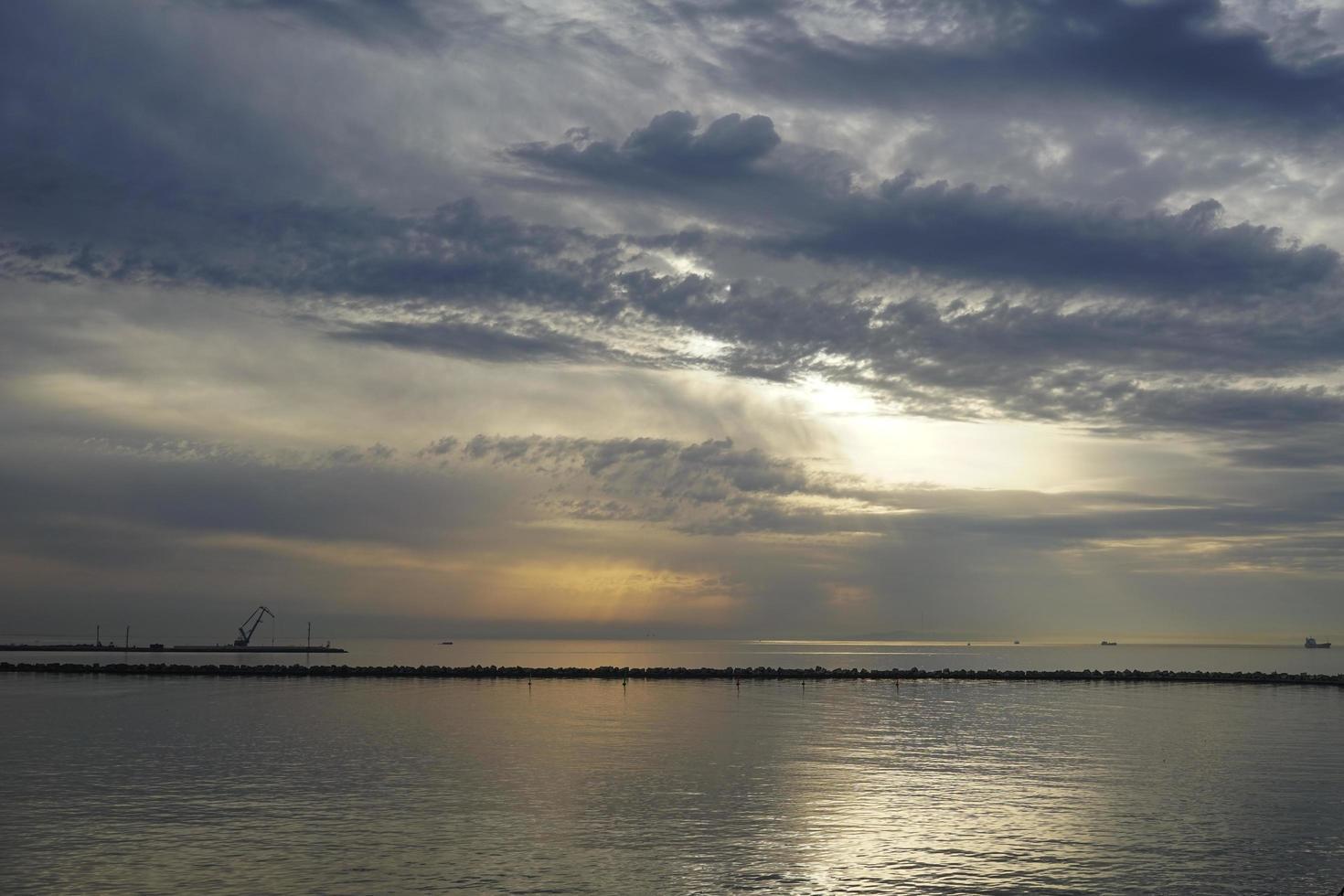 Seelandschaft mit einem dramatischen Abendhimmel. foto