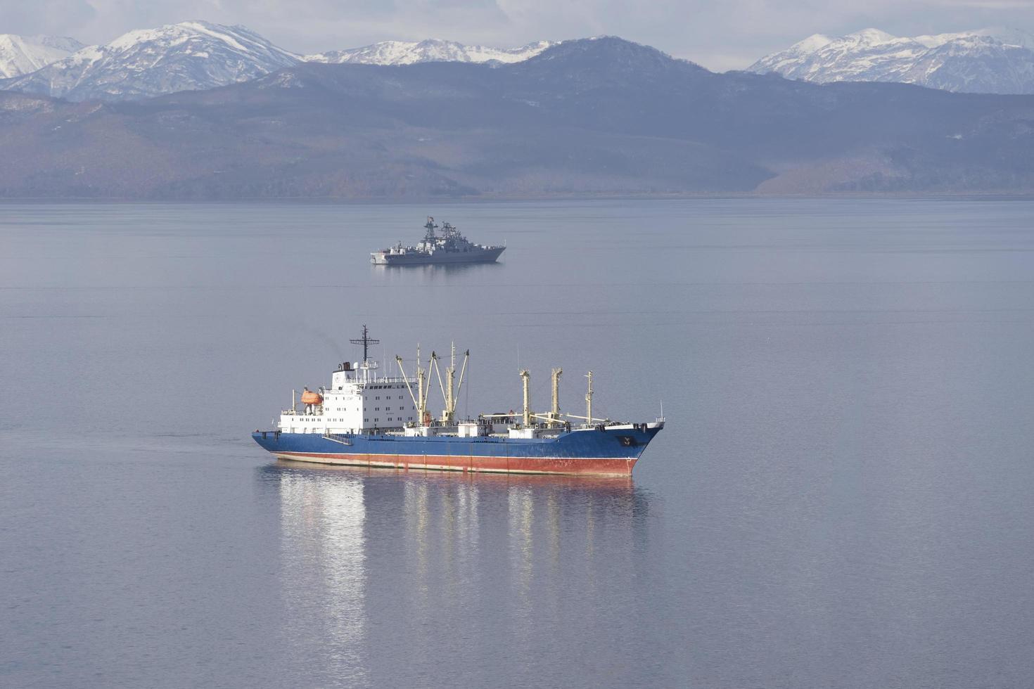 Seelandschaft mit Schiffen in der Avacha-Bucht. Kamtschatka, Russland foto