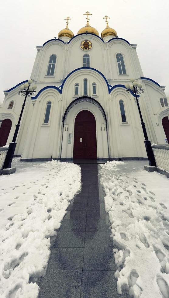 vertikales Panorama der Kathedrale in Petropawlowsk-Kamtschatski, Russland. foto