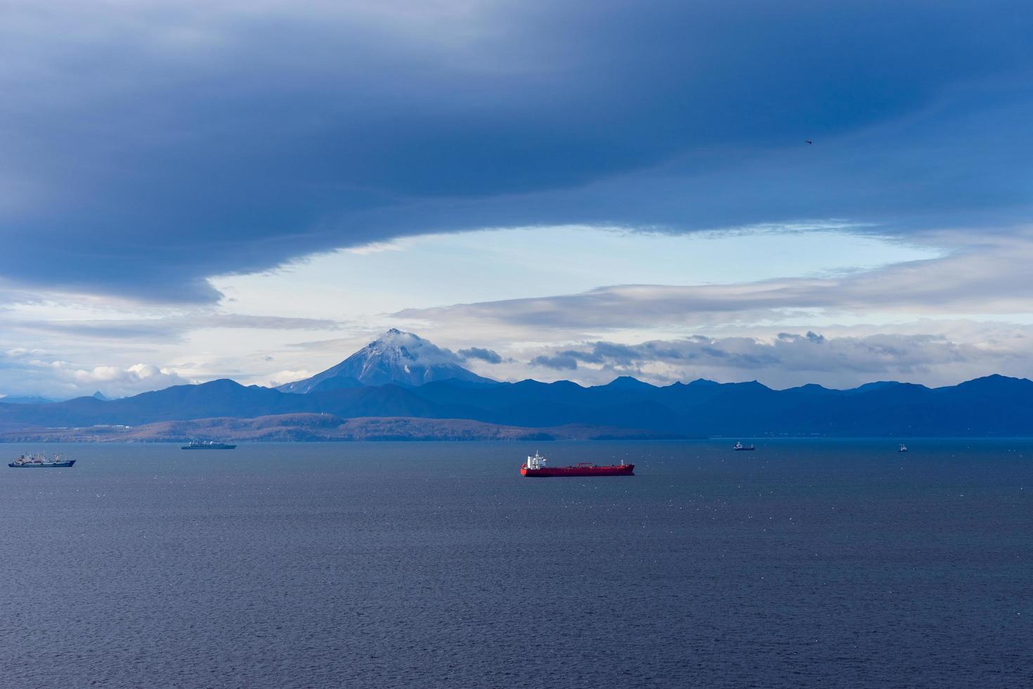 Meereslandschaft mit Blick auf die Avacha-Bucht. petropavlovsk-kamchatsky, russland foto