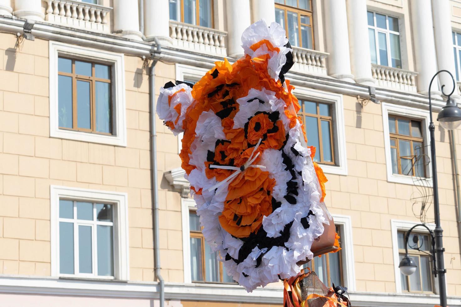 Tigerkopf aus Papier auf dem Hintergrund des Gebäudes. foto