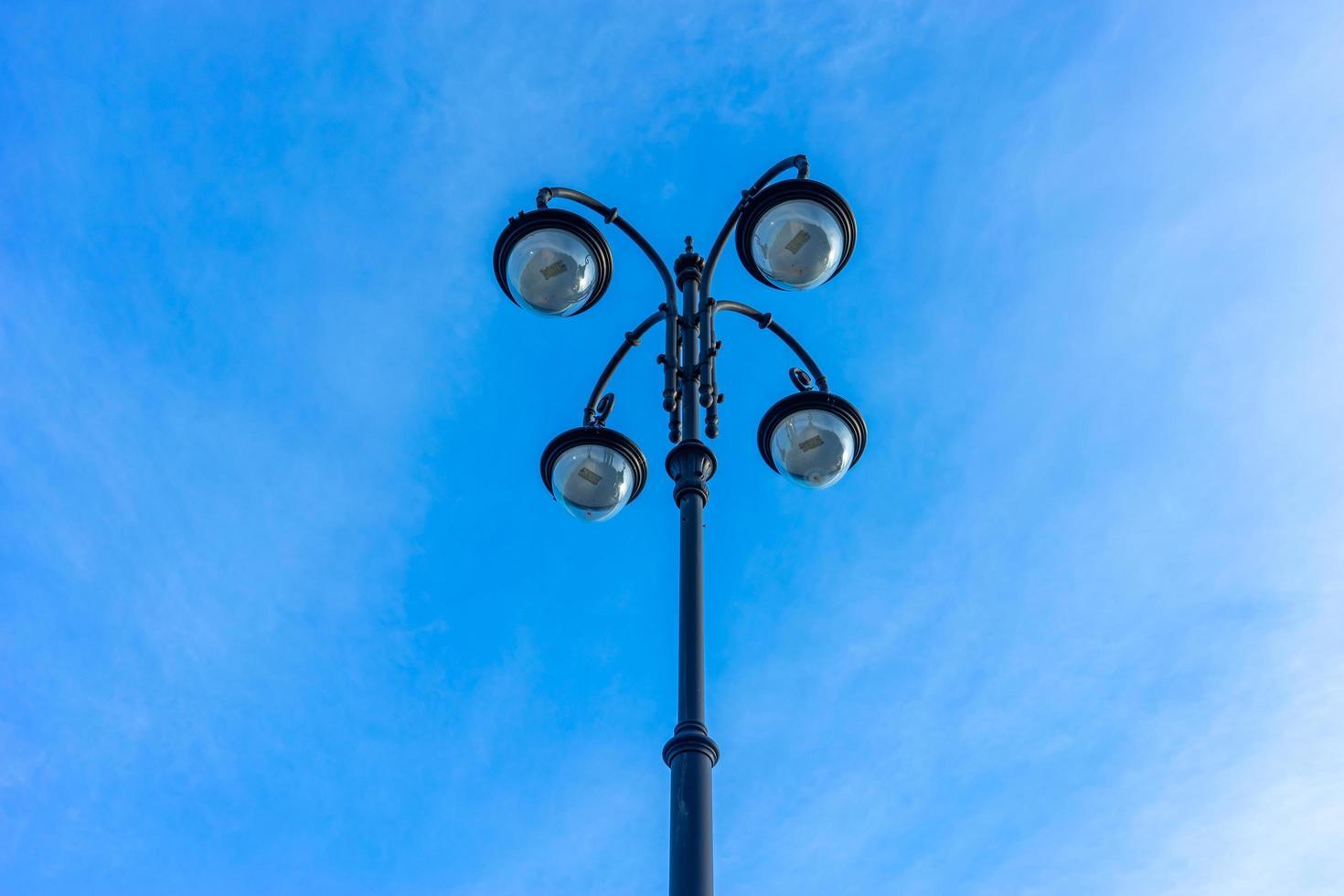 schöne Straßenlaterne auf blauem Himmel Hintergrund. foto