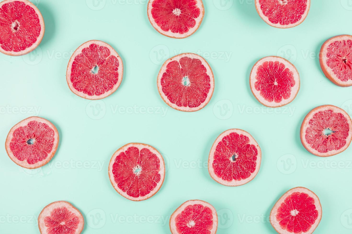 Muster von Grapefruit-Zitrusscheiben auf Pastellhintergrund foto