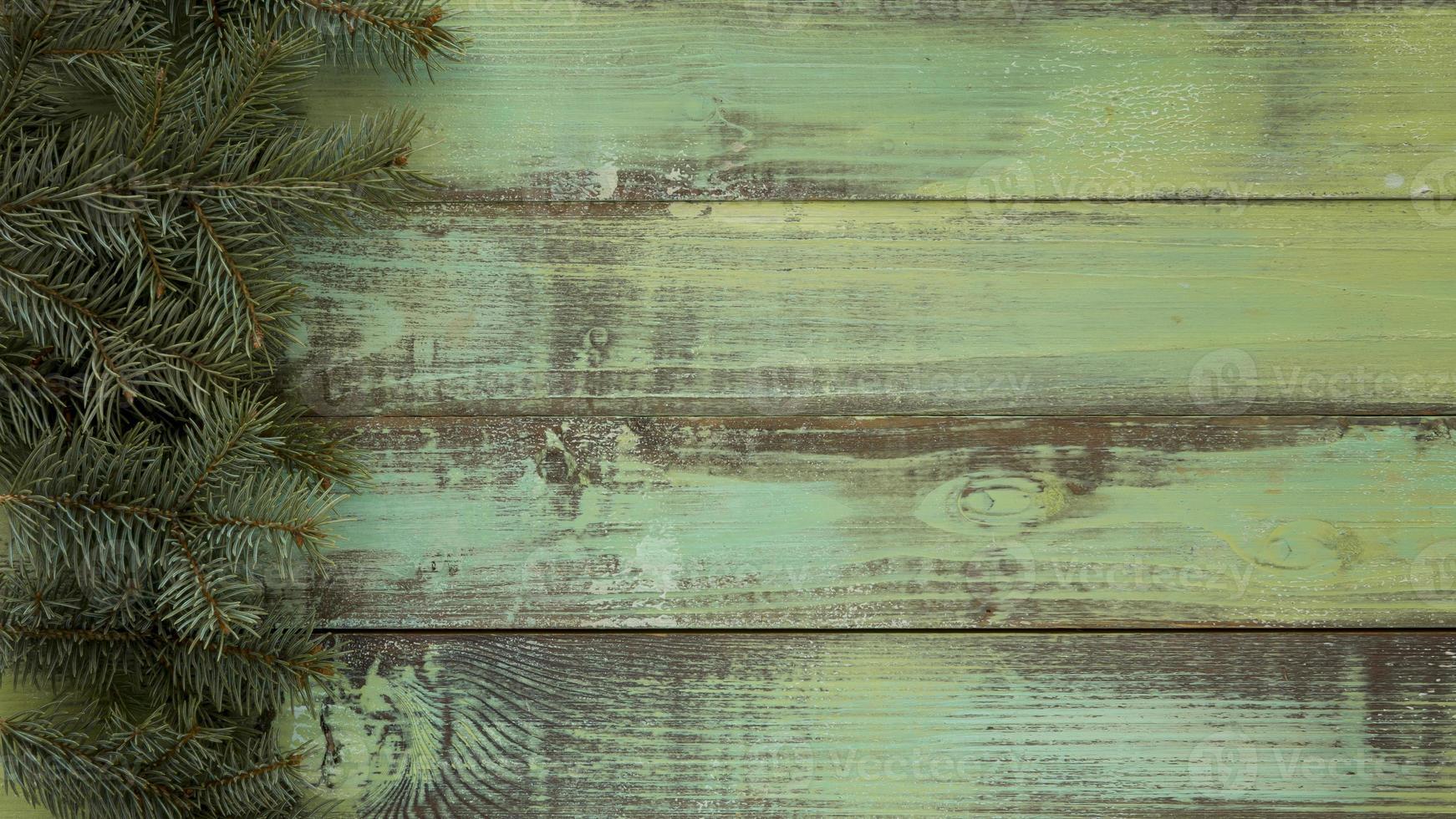 Kiefernnadeln auf Weinlesehintergrund aus Holz foto