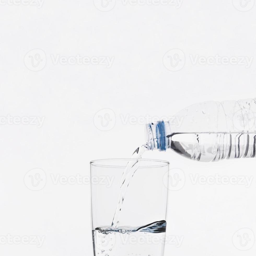 Wasser in Glas gießen foto