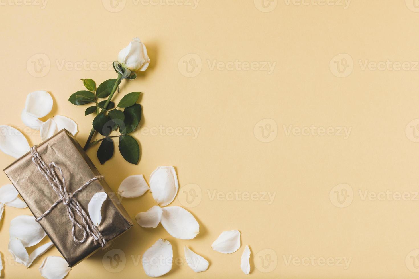 Geschenk mit Rosenblättern und Kopierraum foto