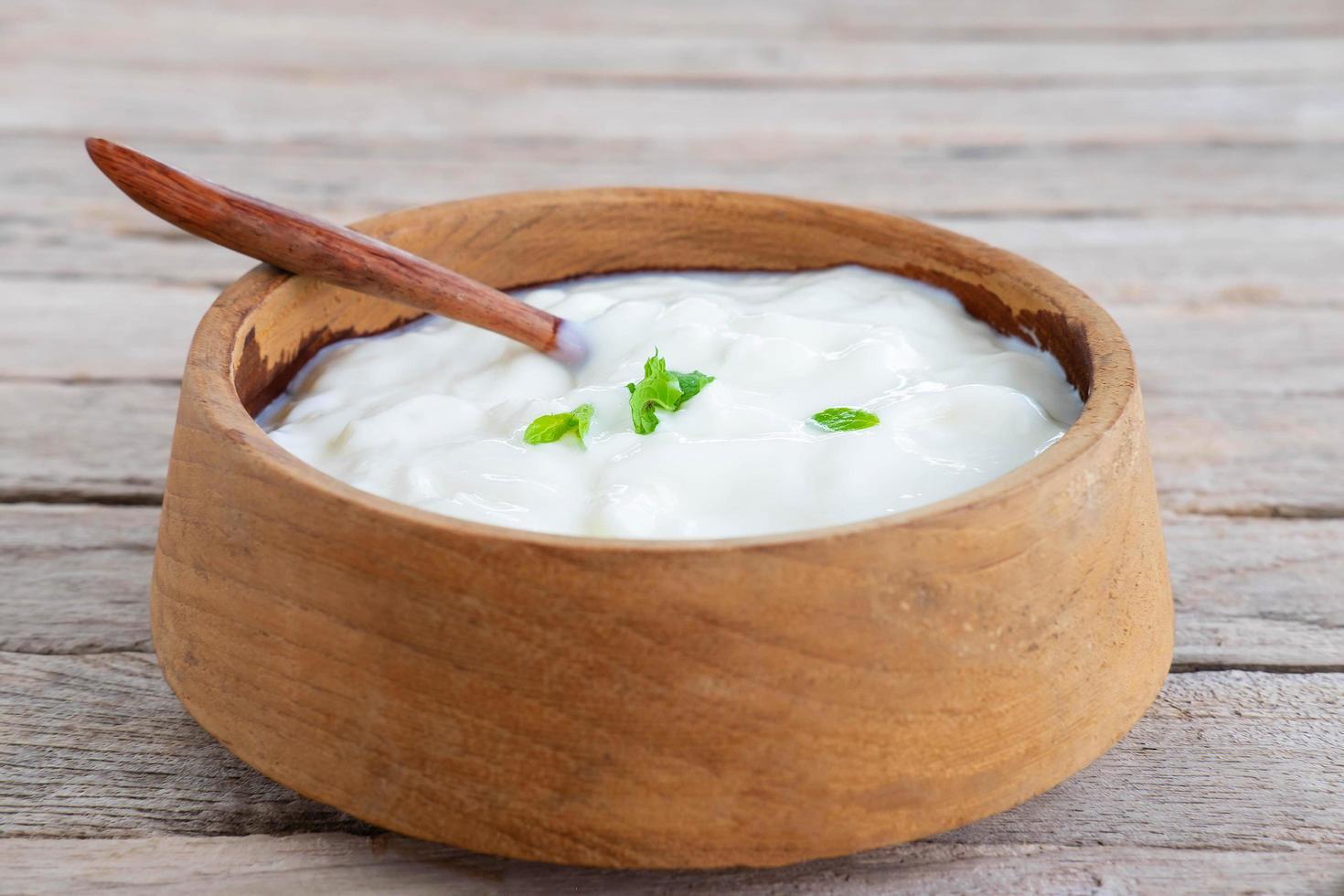 gesunder Naturjoghurt auf einem Holztisch foto
