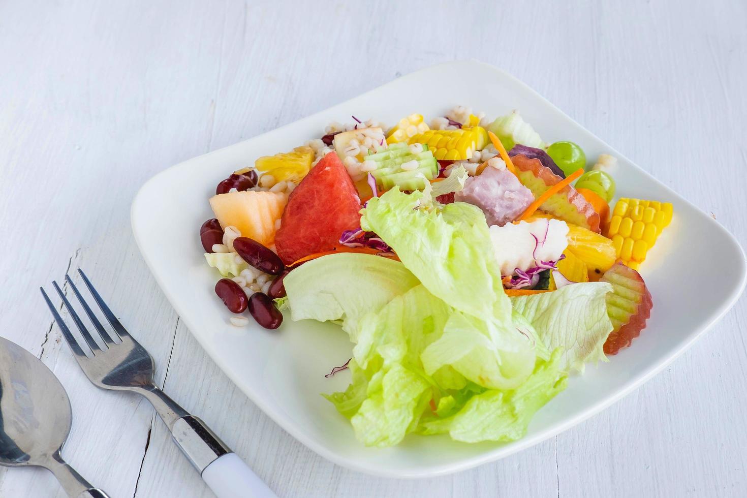 gesunder Obst- und Gemüsesalat foto