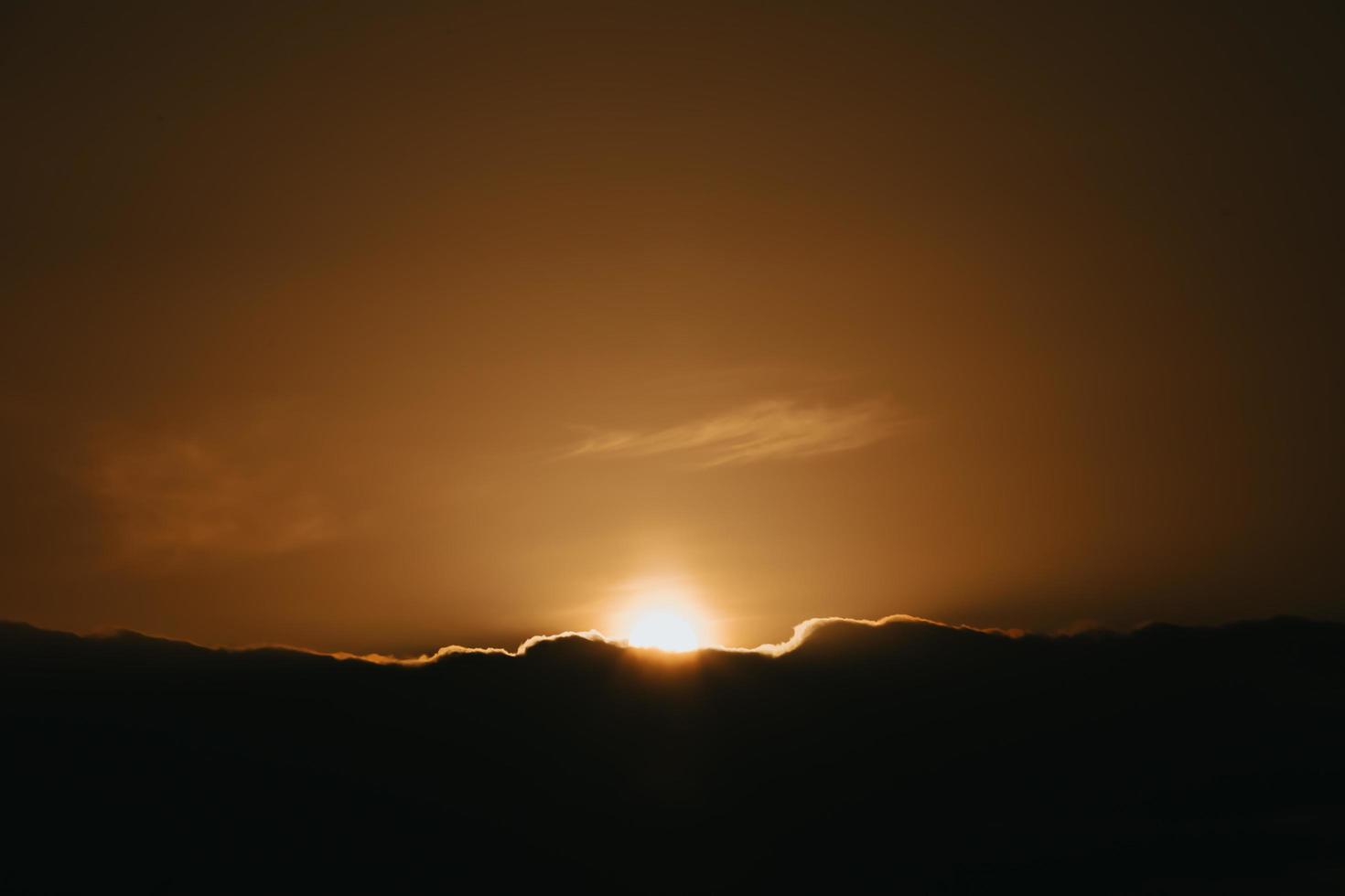 Super Sonnenuntergang über den schwarzen Wolken foto