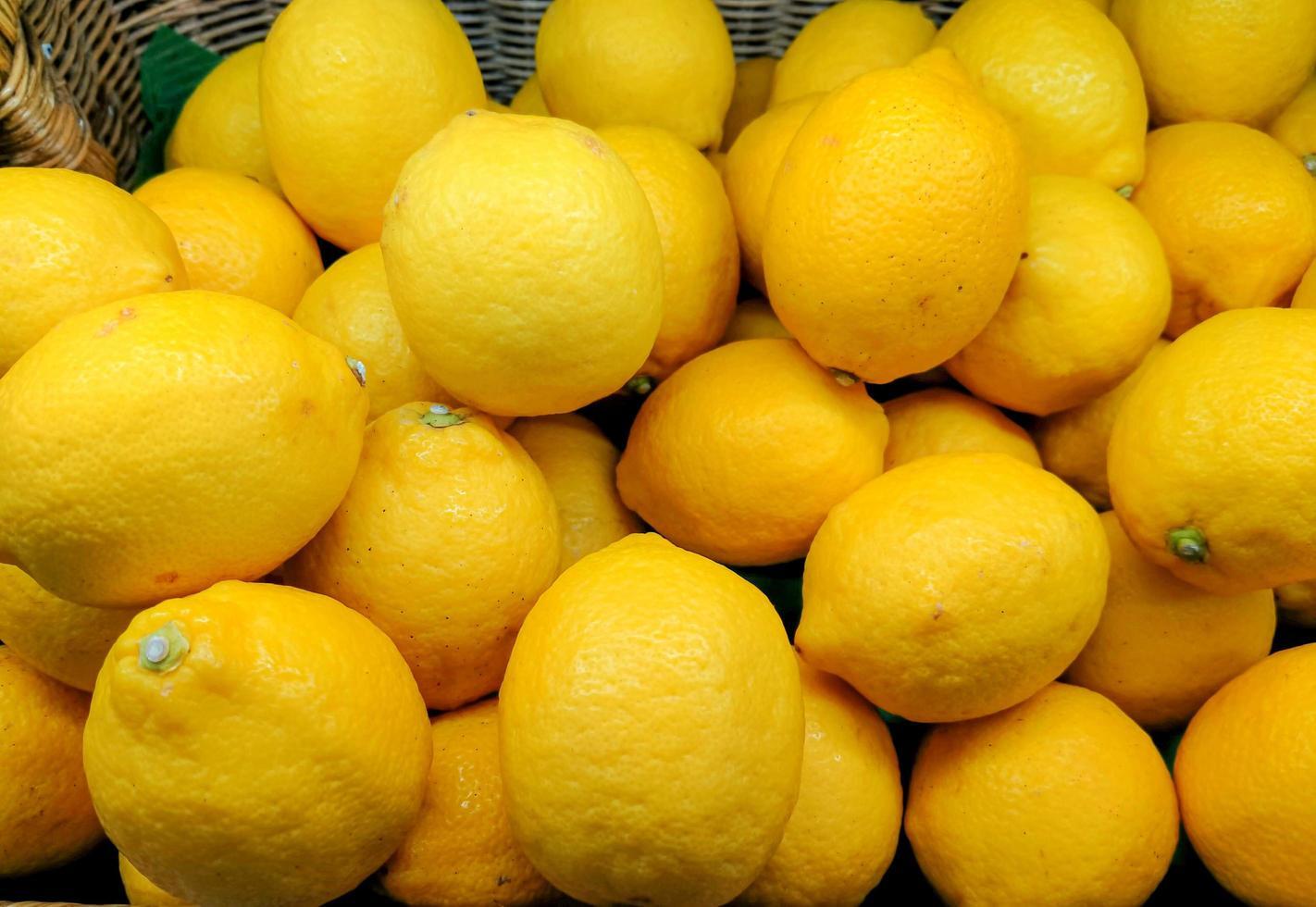 bunt von gelber Anzeige von Zitronen foto
