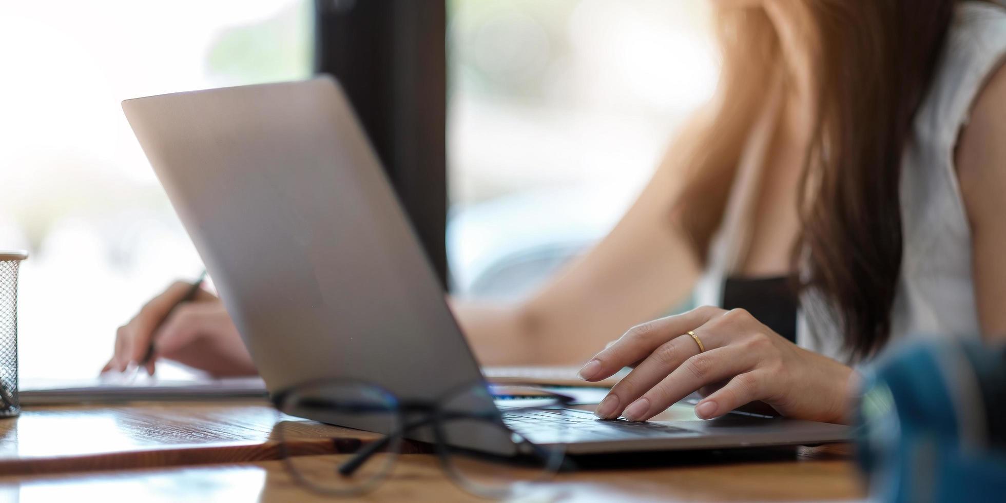 Geschäftsfrau, die im Finanz- und Rechnungswesen arbeitet und das Finanzbudget zu Hause analysiert, Konzept von zu Hause aus arbeiten foto