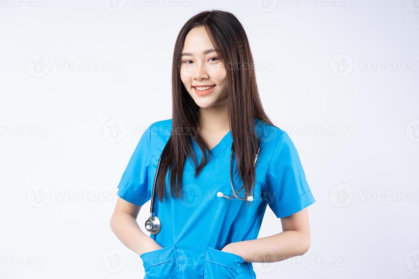 Porträt einer asiatischen Krankenschwester auf weißem Hintergrund foto