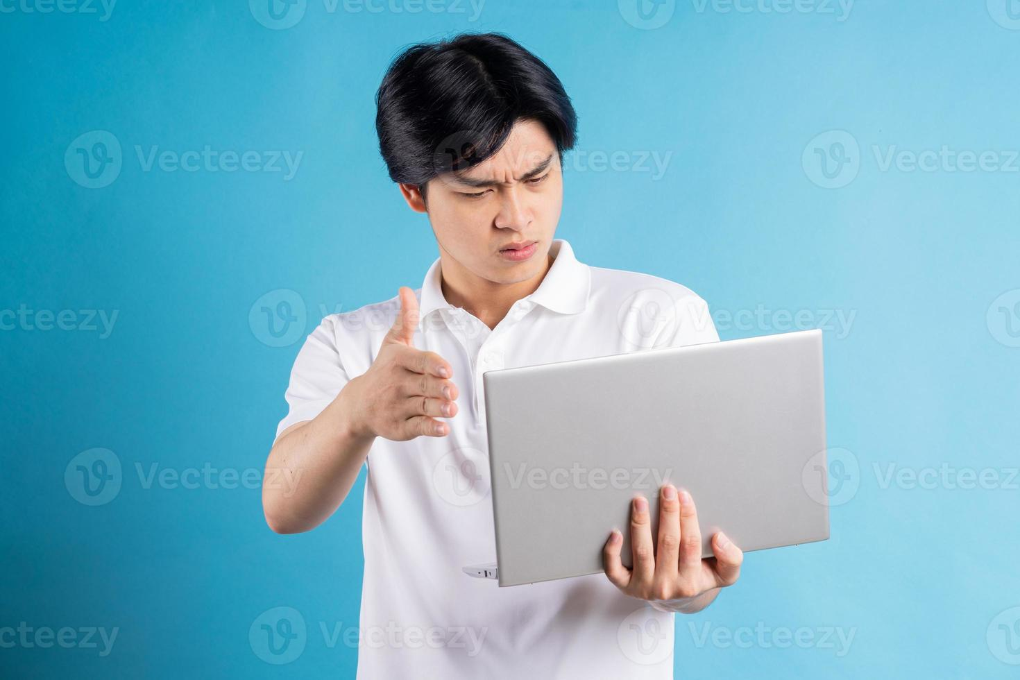 der asiatische mann macht einen videoanruf und streitet über seinen laptop foto