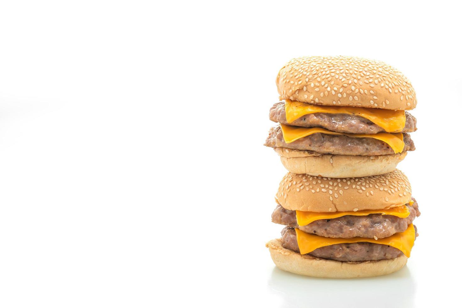 Schweinefleisch-Hamburger oder Schweinefleisch-Burger mit Käse isoliert auf weißem Hintergrund foto