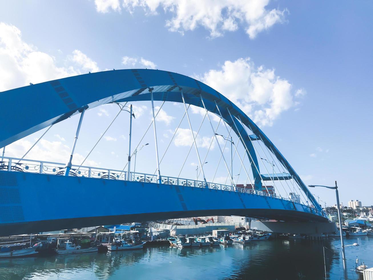 schöne Bogenbrücke in der Stadt Sokcho, Südkorea foto