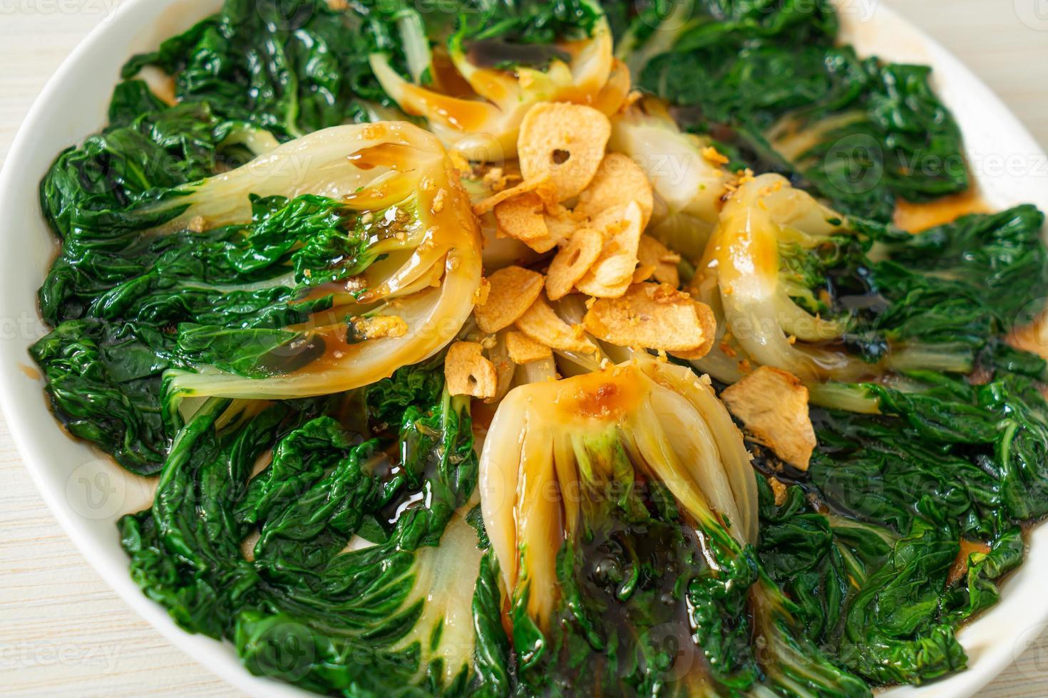 Baby Chinakohl mit Austernsauce und Knoblauch - asiatische Küche foto