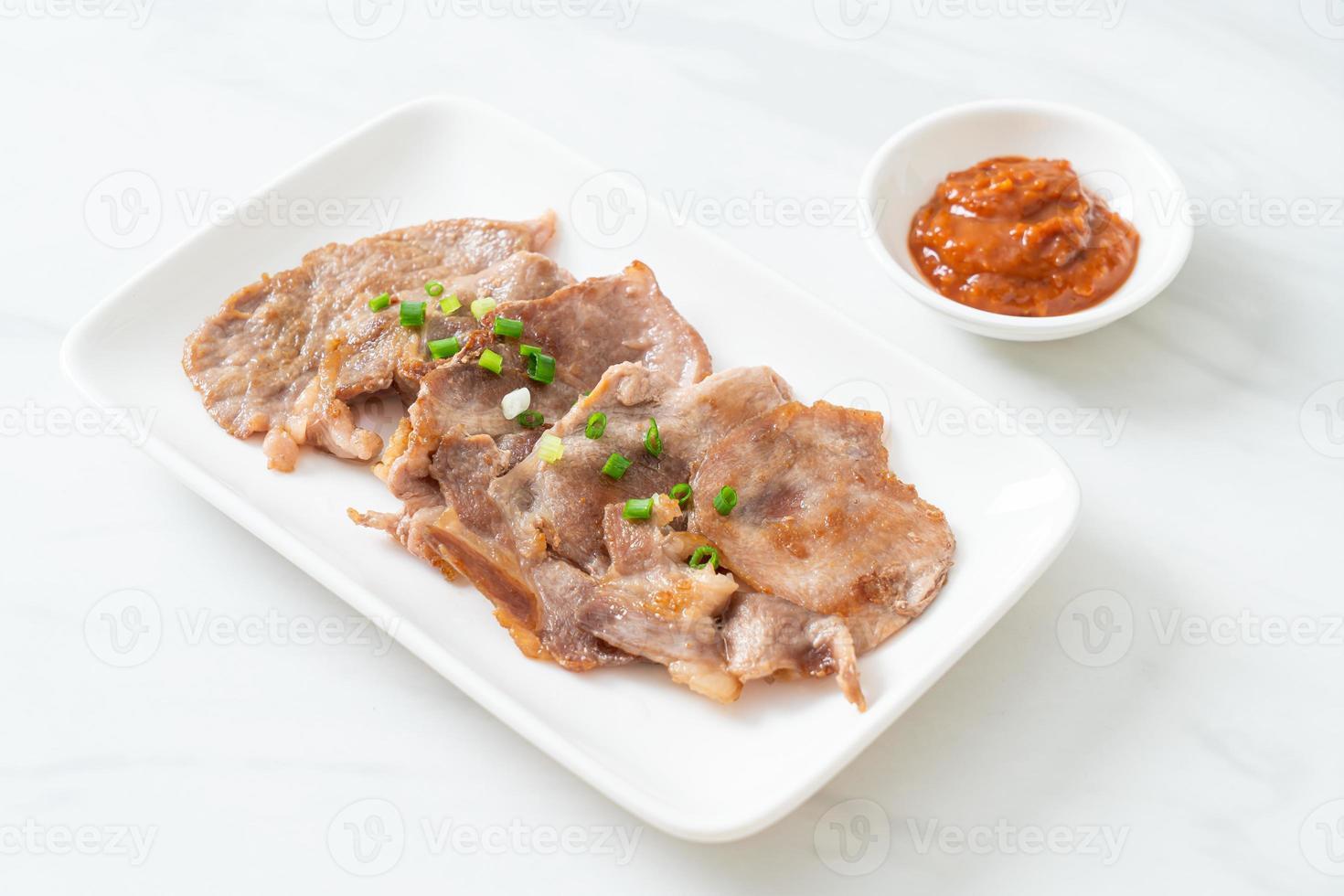 gegrillter Schweinenacken auf Teller nach asiatischer Art geschnitten foto