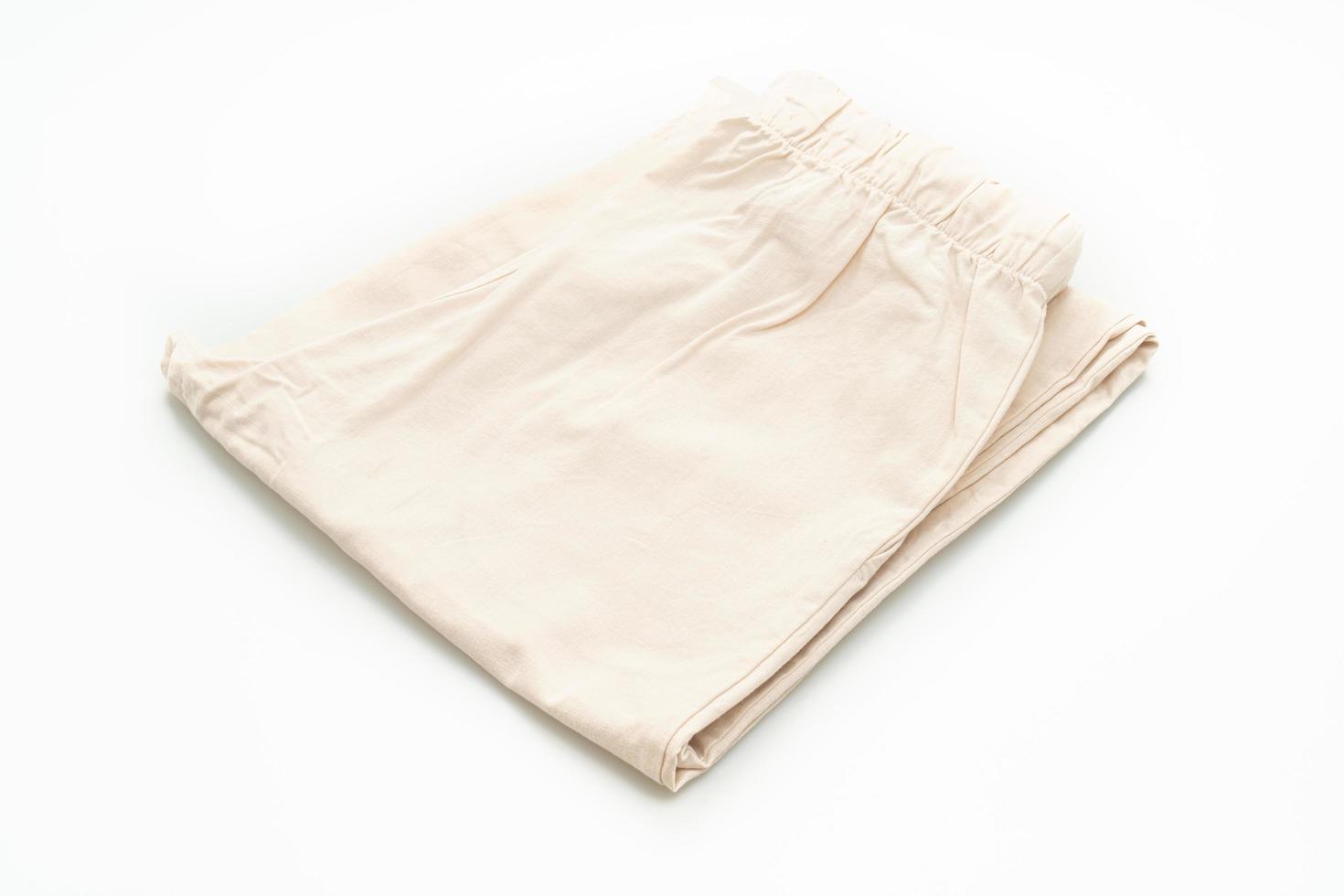 Beige Hose gefaltet isoliert auf weißem Hintergrund foto