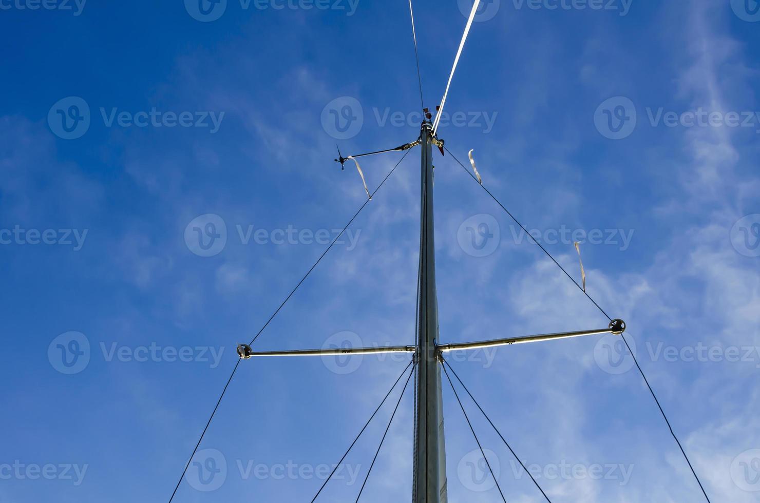 der Mast einer Yacht ohne Segel. foto