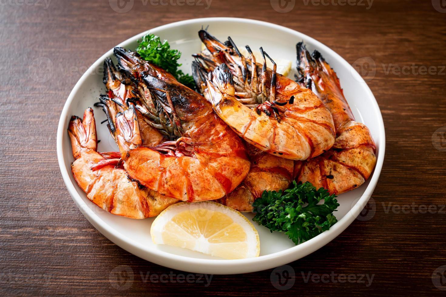 gegrillte Tigergarnelen oder Shrimps mit Zitrone auf Teller foto