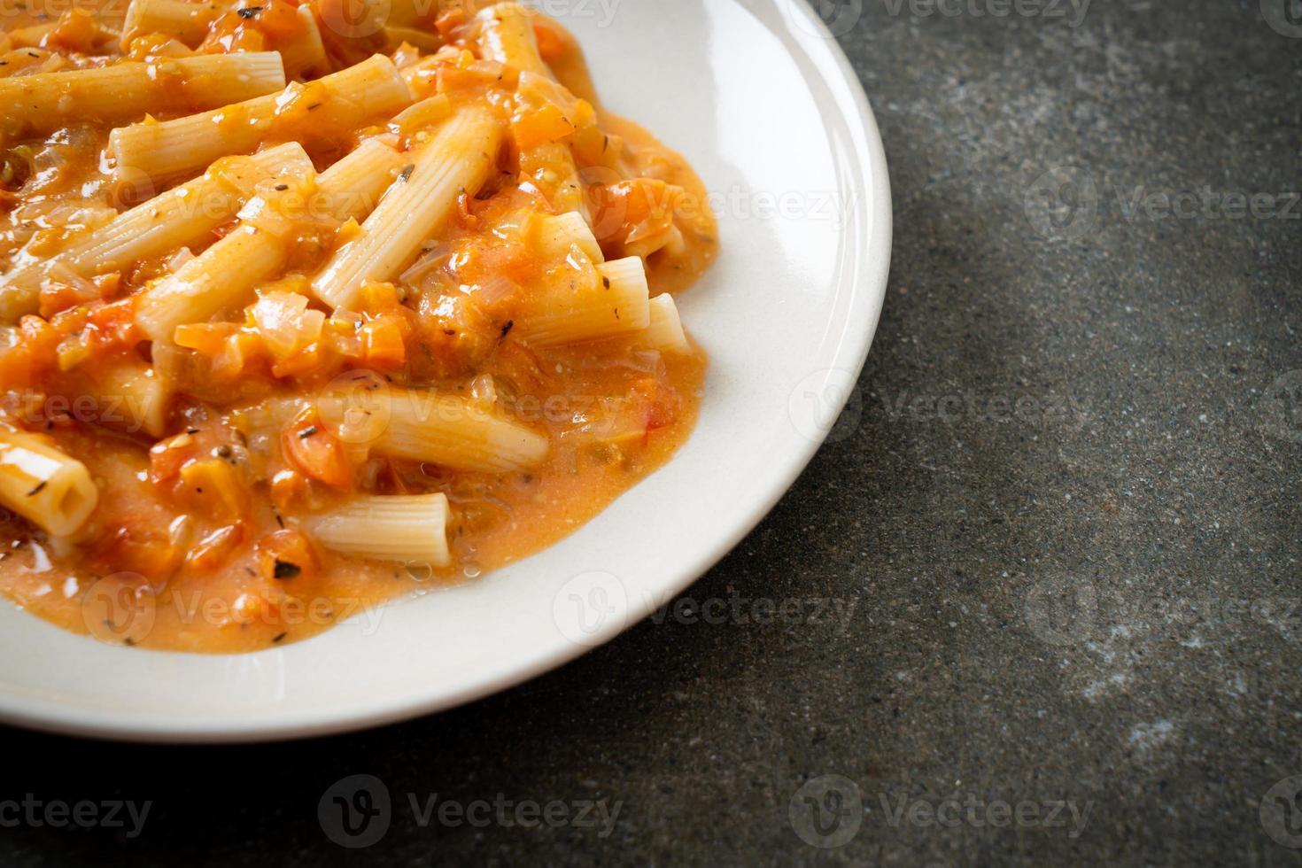 Rigatoni Penne Pasta cremige Tomaten oder rosa Sauce foto