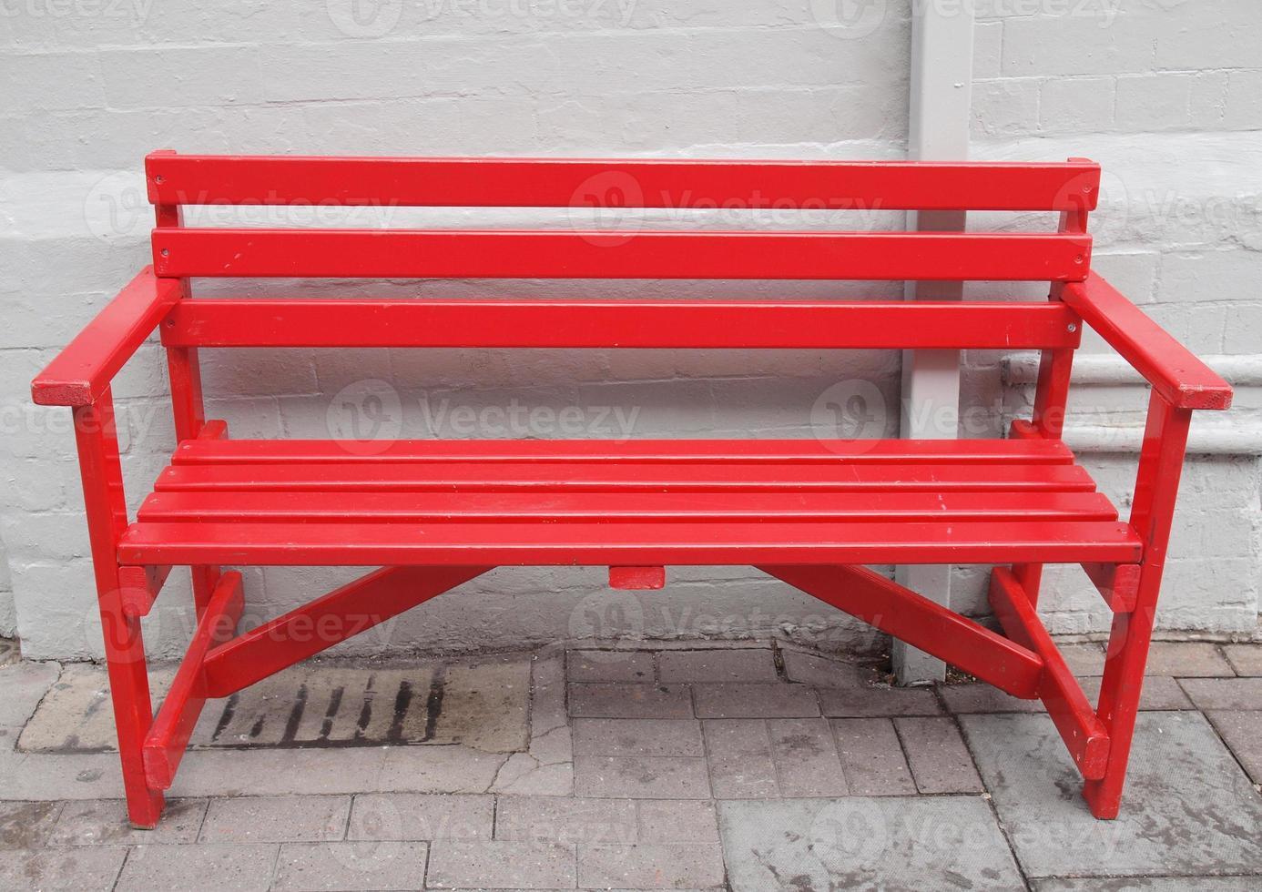 rote Bank im Freien foto