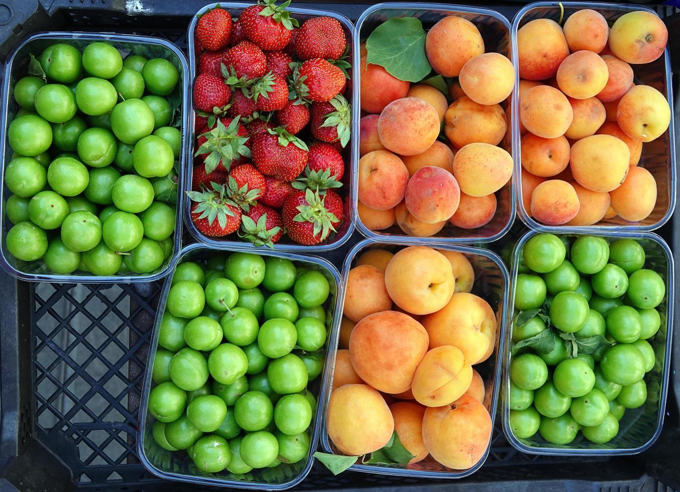 Bio leckere Früchte Erdbeere Pflaume und Aprikose foto