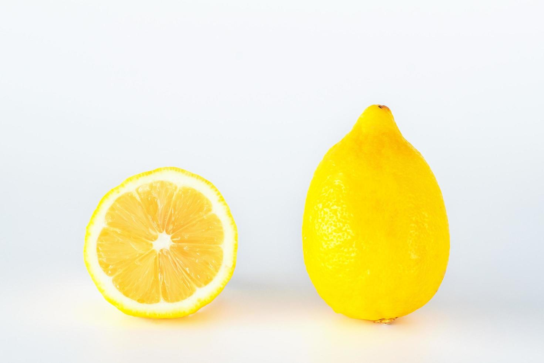 Zitronenfruchtscheibe isoliert auf weißem Hintergrund. foto