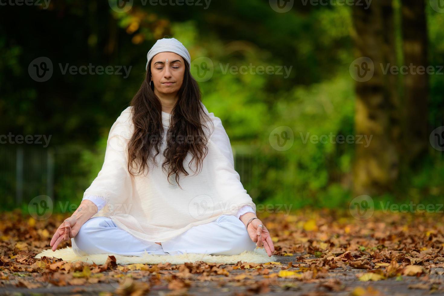 Yogapraxis im Herbstpark von einem Mädchen foto