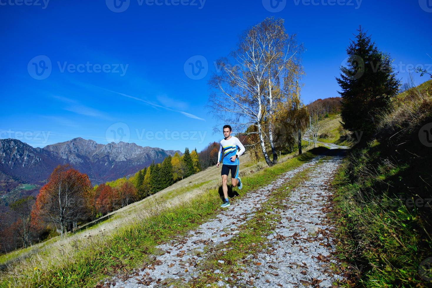 auf einem Schotterweg auf einem Hügel bergab laufen foto