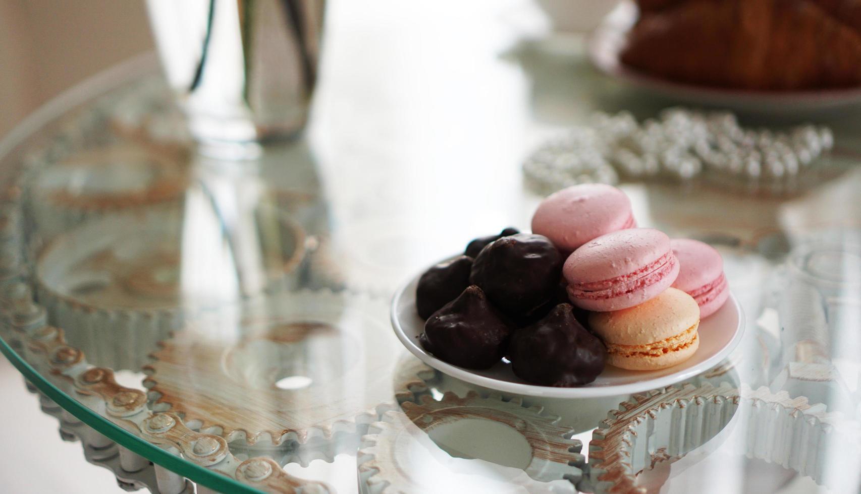 Makronen auf einem Glastisch. Süßigkeiten zum Frühstück. foto