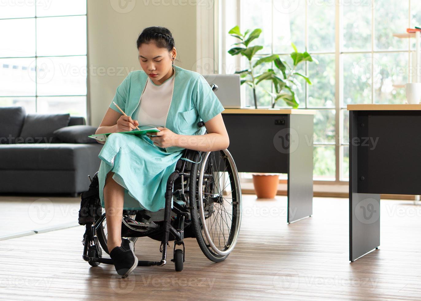 Frau im Rollstuhl in einem Büro foto