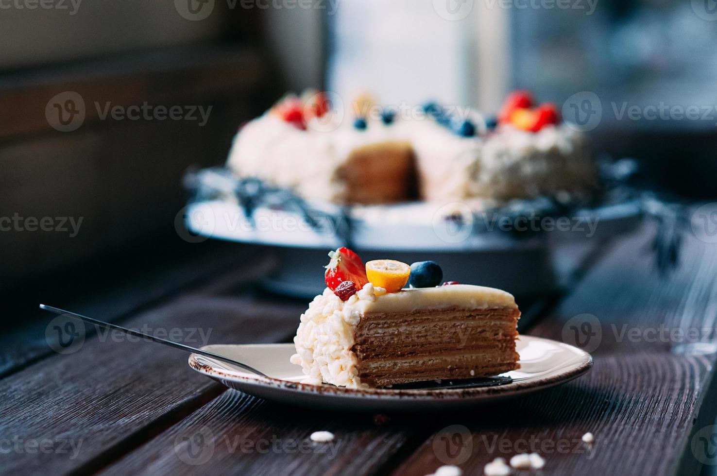 Selektiver Fokus Stück Kuchen auf einem Teller im Café foto