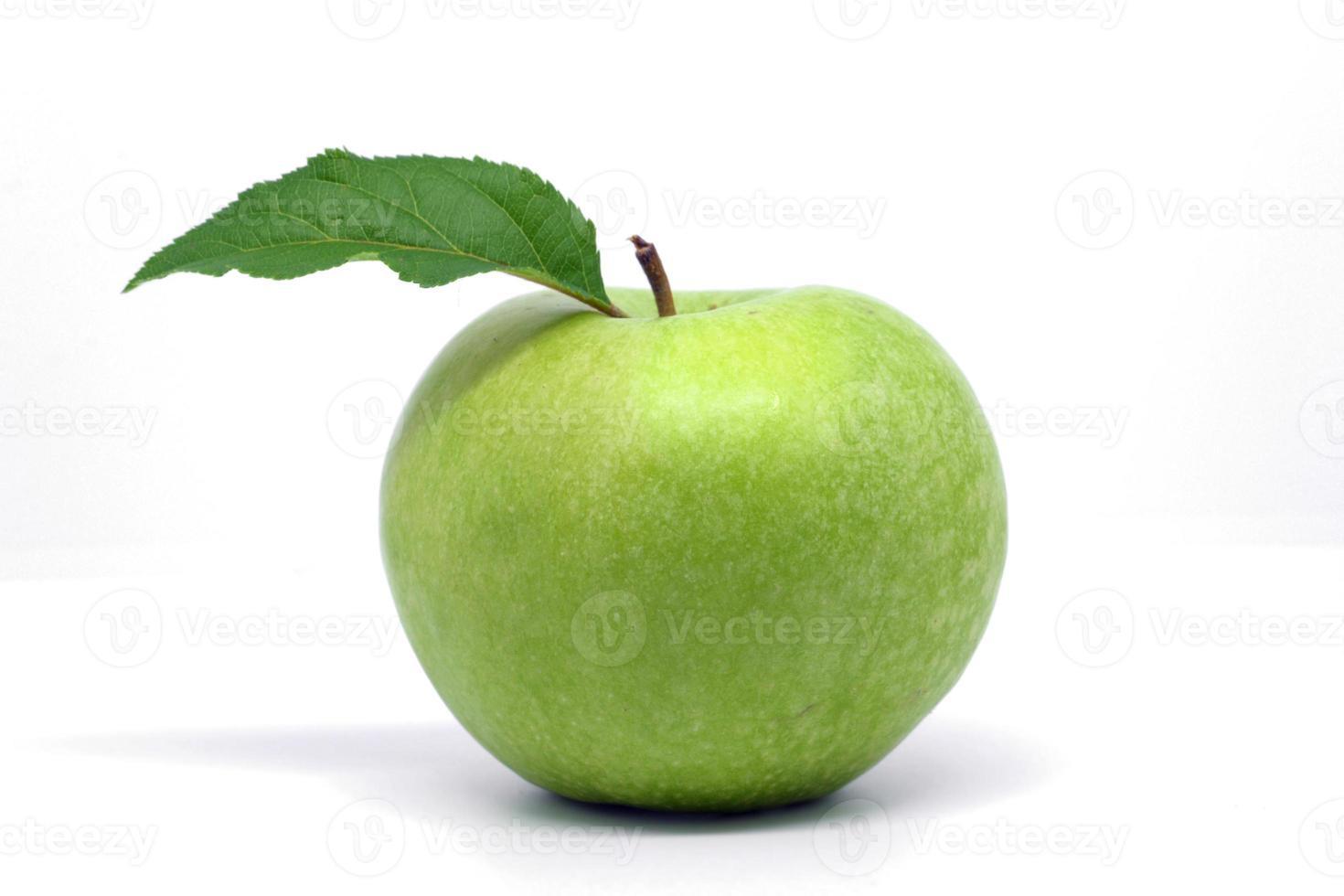 grüner Apfel isoliert auf weißem Hintergrund. Granny Smith. foto
