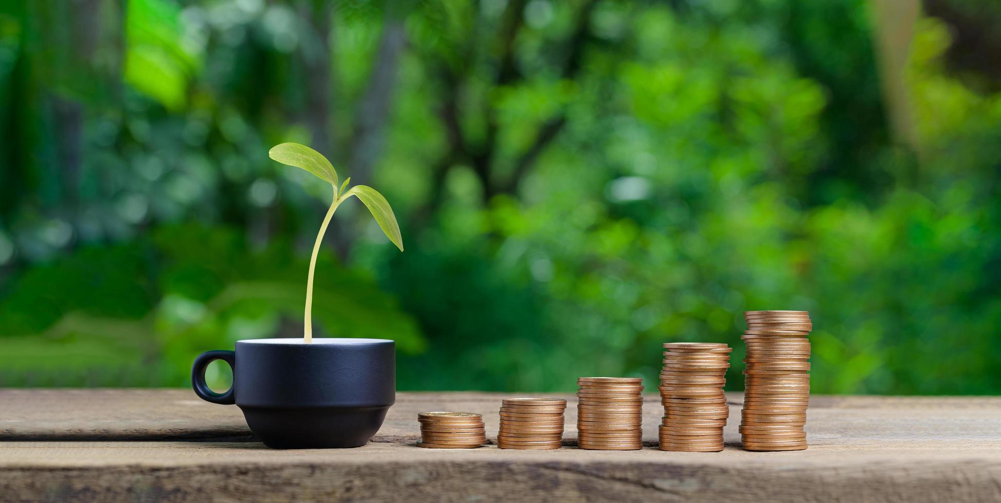 Konzept gestapelte Münzen investieren Aktien sparen Geld foto
