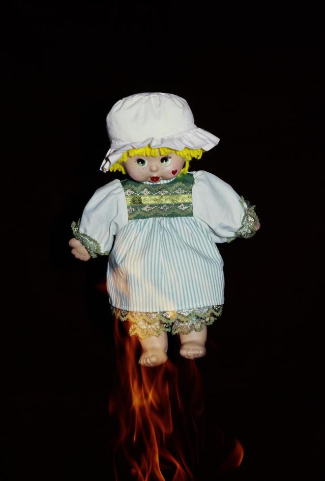 Puppen und Flammen, um auf Unfälle aufmerksam zu machen foto
