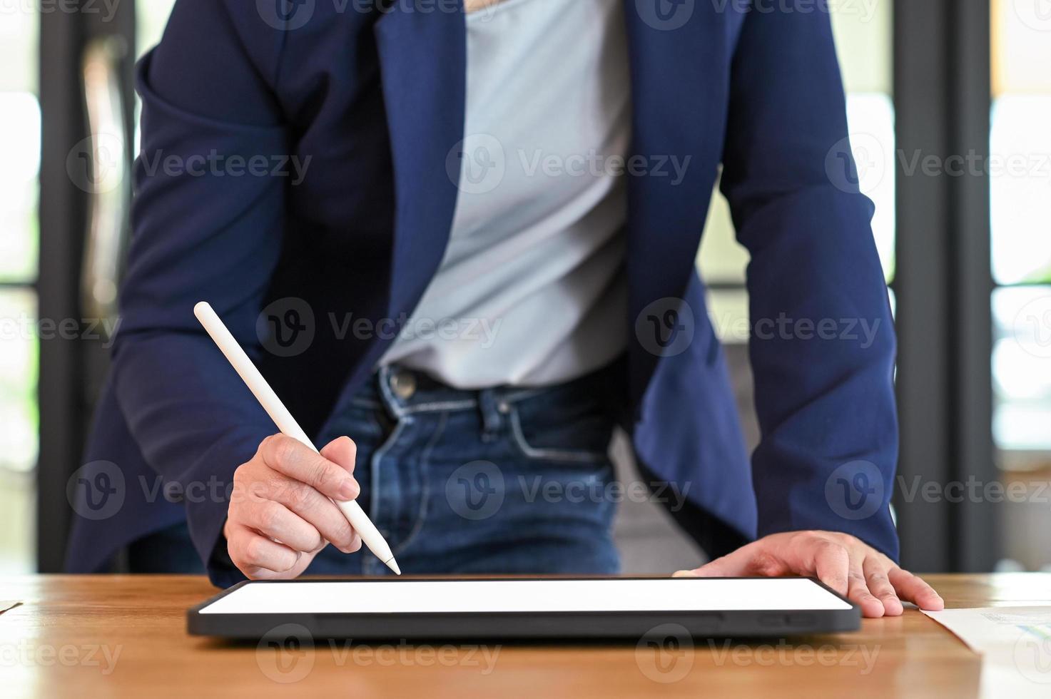 Geschäftsfrau mit einem digitalen Tablet auf dem Tisch. foto