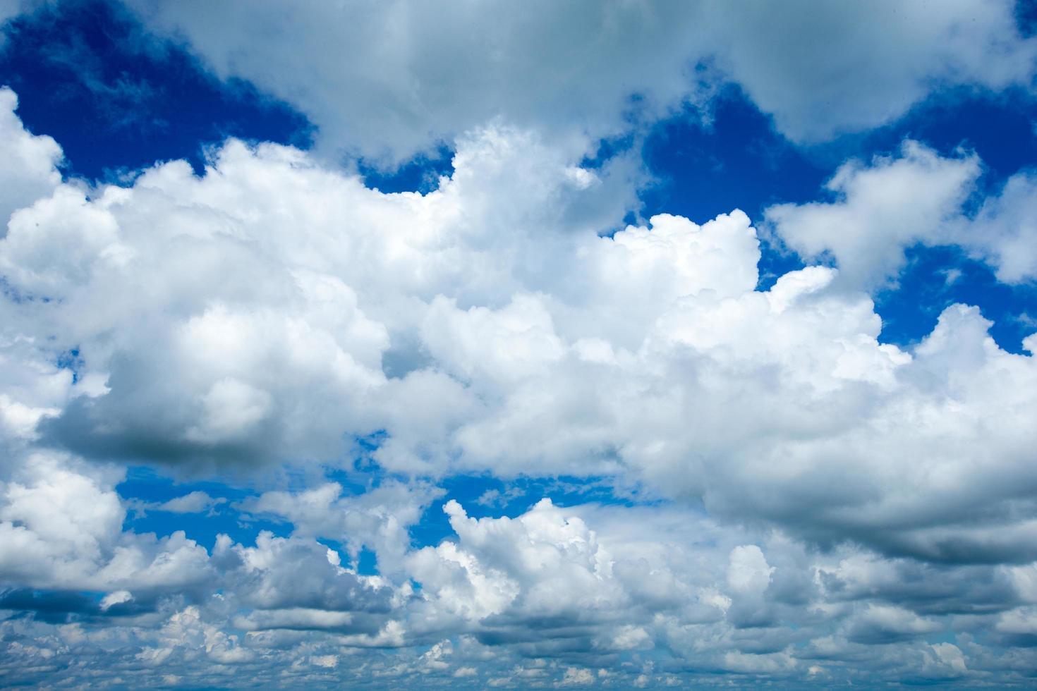 blauer Himmel mit weißen Wolken foto
