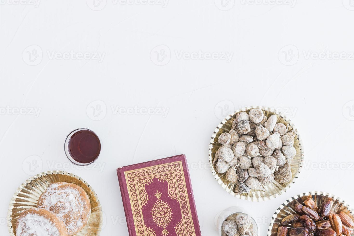 traditionelle Desserts und Koranbuch foto